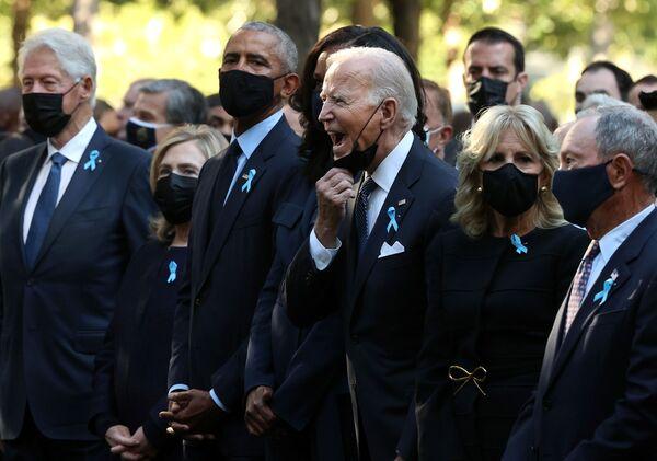 Tổng thống Mỹ Joe Biden với cựu lãnh đạo Mỹ tại lễ tưởng niệm nạn nhân của vụ khủng bố ngày 11 tháng 9 năm 2001 ở New York  - Sputnik Việt Nam