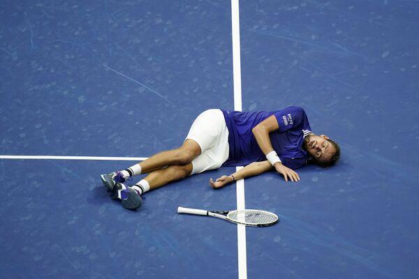 Tay vợt Daniil Medvedev của Nga trên sân sau chiến thắng Novak Djokovic của Serbia trong trận chung kết đơn nam tại Giải vô địch quần vợt Mỹ mở rộng ở New York  - Sputnik Việt Nam