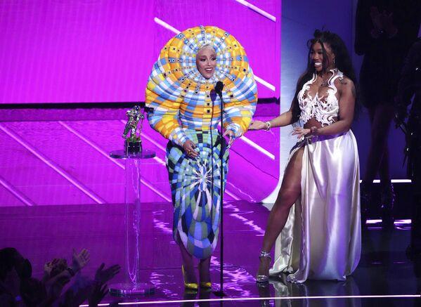 Ca sĩ Doja Cat và SZA nhận giải Hợp tác xuất sắc nhất cho Kiss Me More tại Lễ trao giải MTV Video Music tại Trung tâm Barclays ở New York  - Sputnik Việt Nam