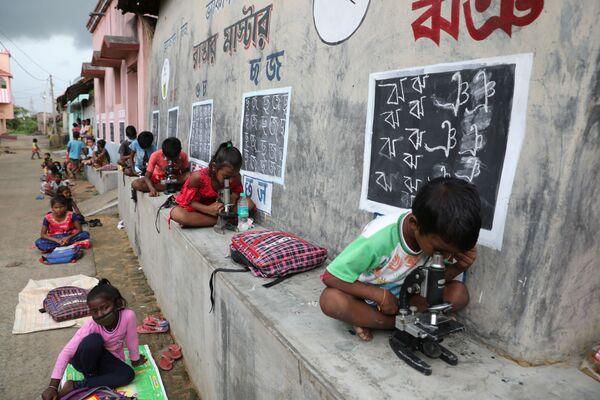 Trẻ em trong một buổi học ngoài trời sau khi trường học đóng cửa do COVID-19, Ấn Độ  - Sputnik Việt Nam