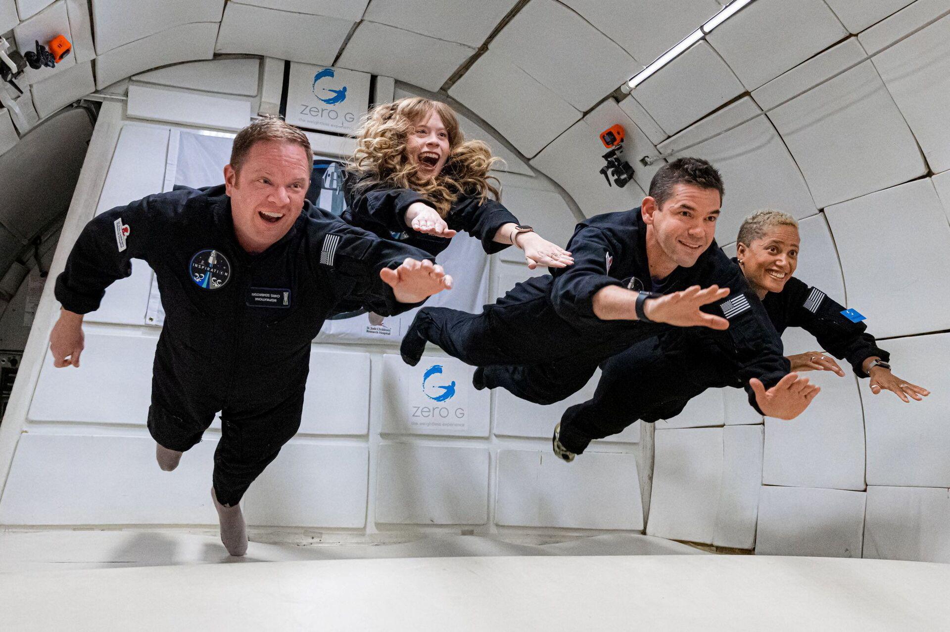 Phi hành đoàn Inspiration4  gồm Chris Sembroski, Sian Proctor, Jared Isaacman và Hayley Arceneaux trong tình trạng không trọng lực  - Sputnik Việt Nam, 1920, 05.10.2021
