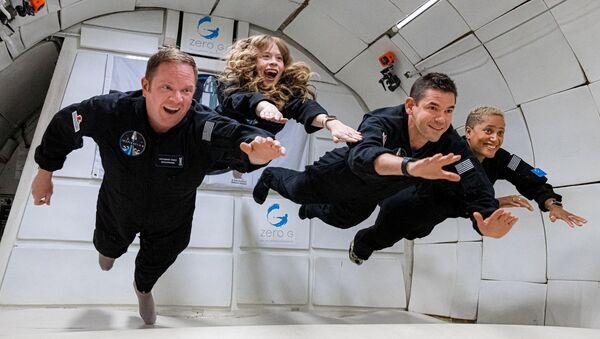 Phi hành đoàn Inspiration4  gồm Chris Sembroski, Sian Proctor, Jared Isaacman và Hayley Arceneaux trong tình trạng không trọng lực  - Sputnik Việt Nam