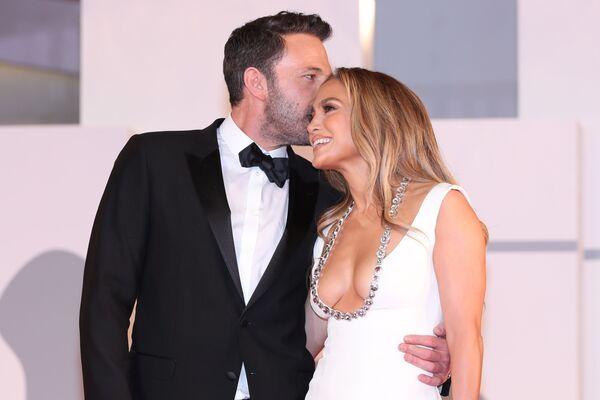 Nam diễn viên Ben Affleck và ca sĩ Jennifer Lopez trên thảm đỏ phim The Last Duel tại Liên hoan phim Quốc tế Venice lần thứ 78 - Sputnik Việt Nam