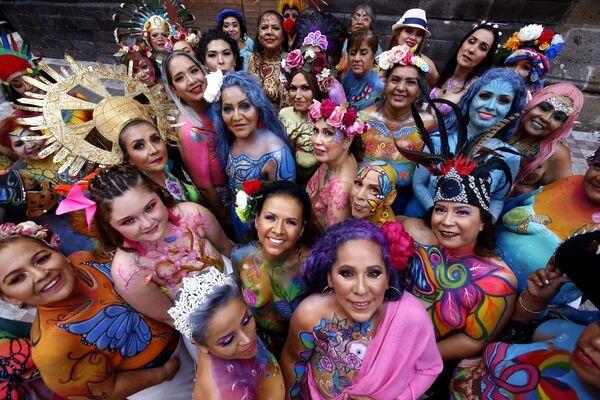 Những người phụ nữ từng bị ung thư vú trong dự án A brushstroke for life ở Guadalajara, Mexico - Sputnik Việt Nam