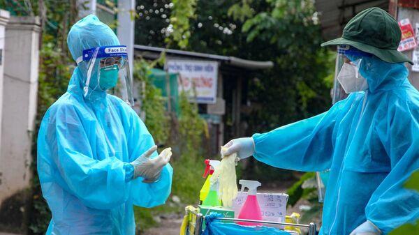 Tình nguyện viên lấy mẫu xét nghiệm COVID-19 tận nhà cho người dân - Sputnik Việt Nam