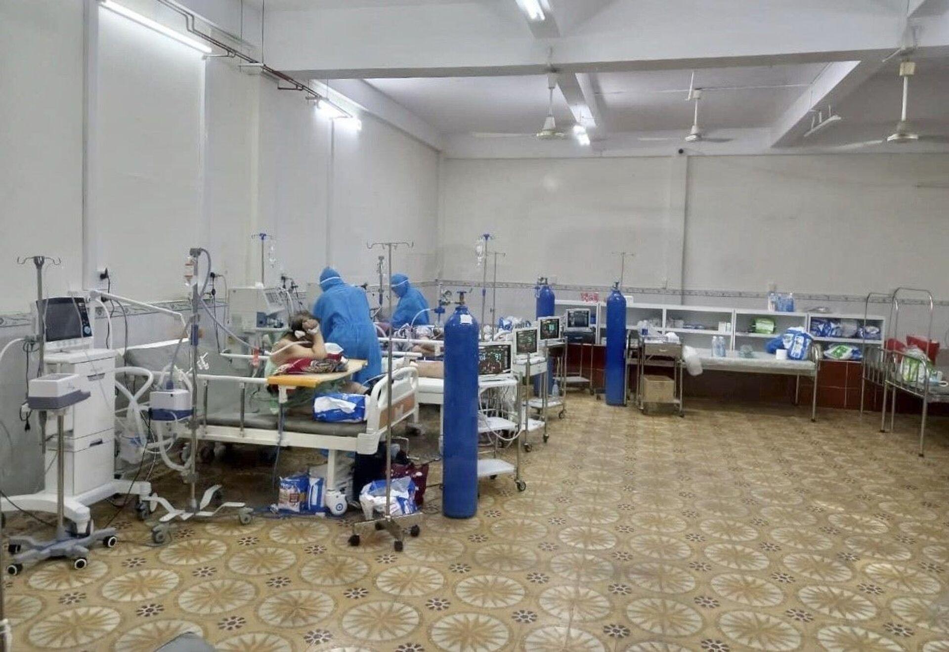 Tại bệnh viện Tân Phú, số lượng bệnh nhân đang điều trị là 220 người. Trong số đó có 151 bệnh nhân nặng cần thở oxy, số còn lại là người có triệu chứng, nhiều bệnh nền cần phải điều trị - Sputnik Việt Nam, 1920, 05.10.2021