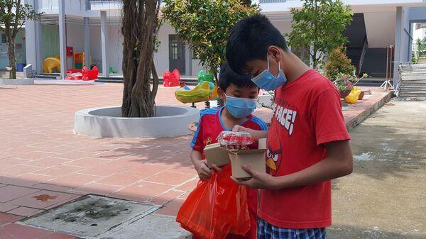 Các em nhỏ tại Trung tâm Bảo trợ xã hội thành phố Cần Thơ mở phần quà trung thu - Sputnik Việt Nam