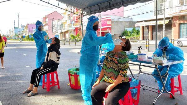 Lực lượng y tế thành phố Cần Thơ tiếp tục truy vết, lấy mẫu xét nghiệm để bóc tách F0 ra khỏi cộng đồng, sớm làm sạch địa bàn - Sputnik Việt Nam