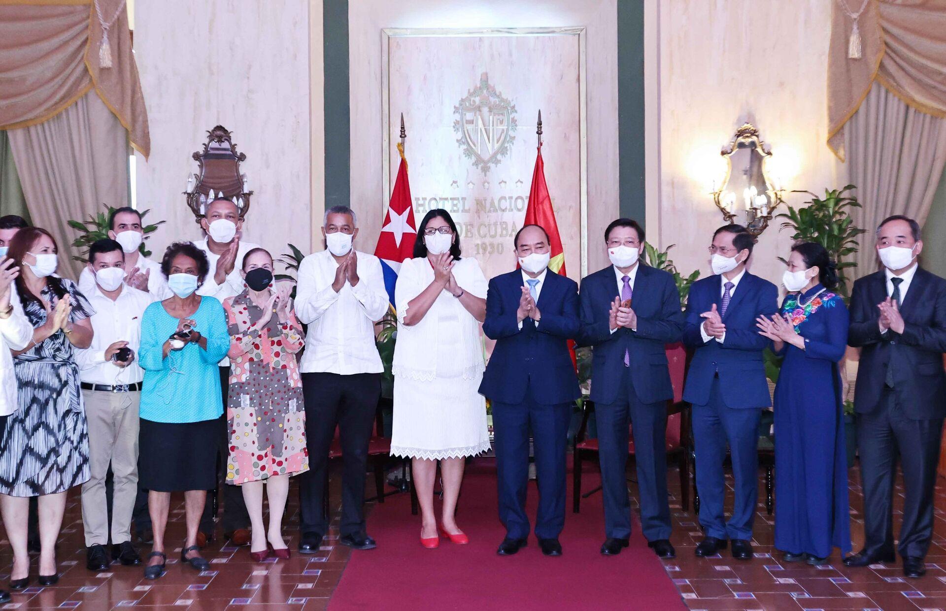 Chủ tịch nước Nguyễn Xuân Phúc với Phó Chủ tịch thứ nhất Viện Cuba hữu nghị với các dân tộc (ICAP) Noemi Rabaza Fernandez và các đại biểu - Sputnik Việt Nam, 1920, 05.10.2021