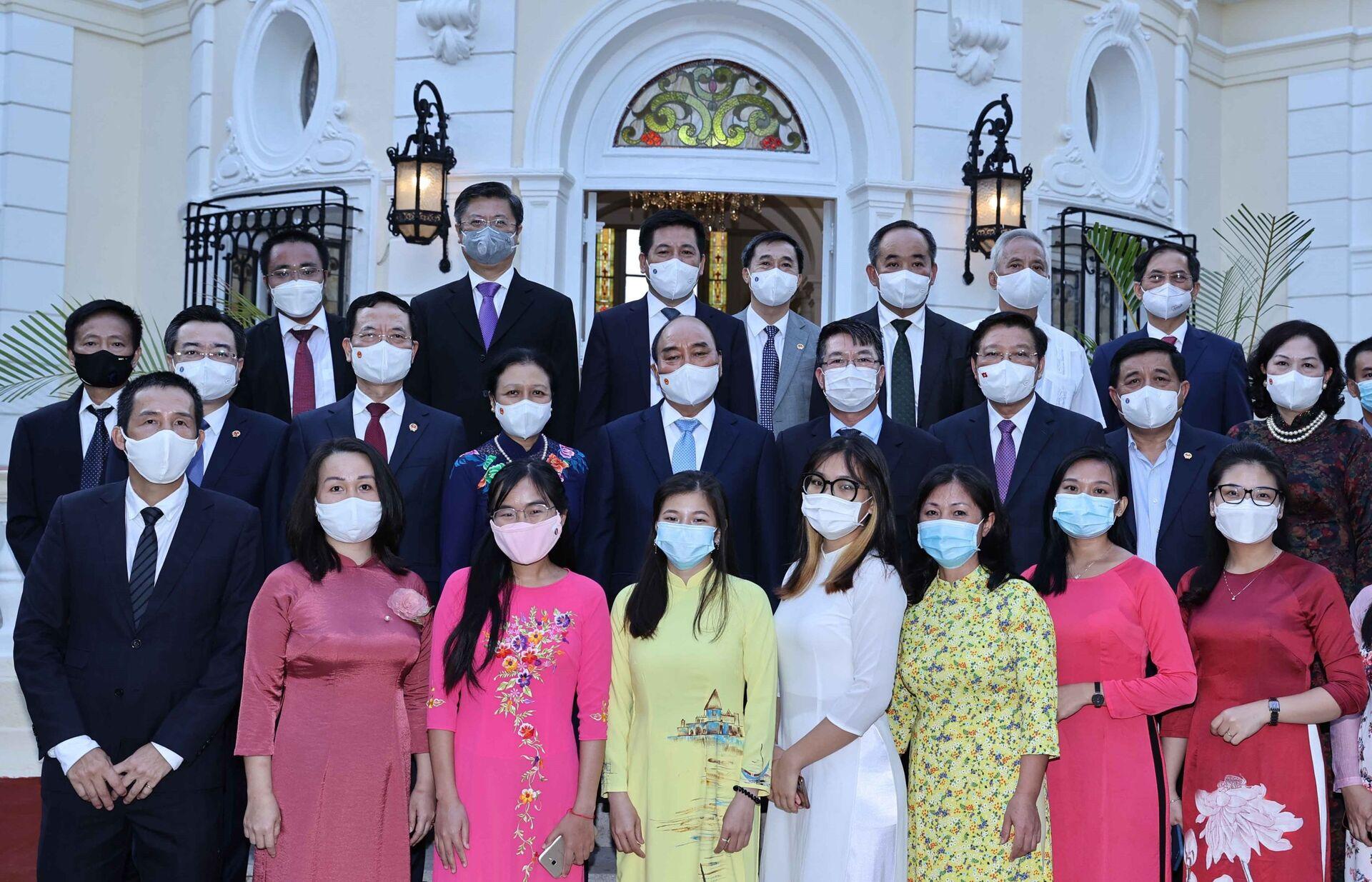 Chủ tịch nước Nguyễn Xuân Phúc với các đại biểu và người Việt Nam đang sinh sống, học tập và làm việc tại Cuba - Sputnik Việt Nam, 1920, 05.10.2021