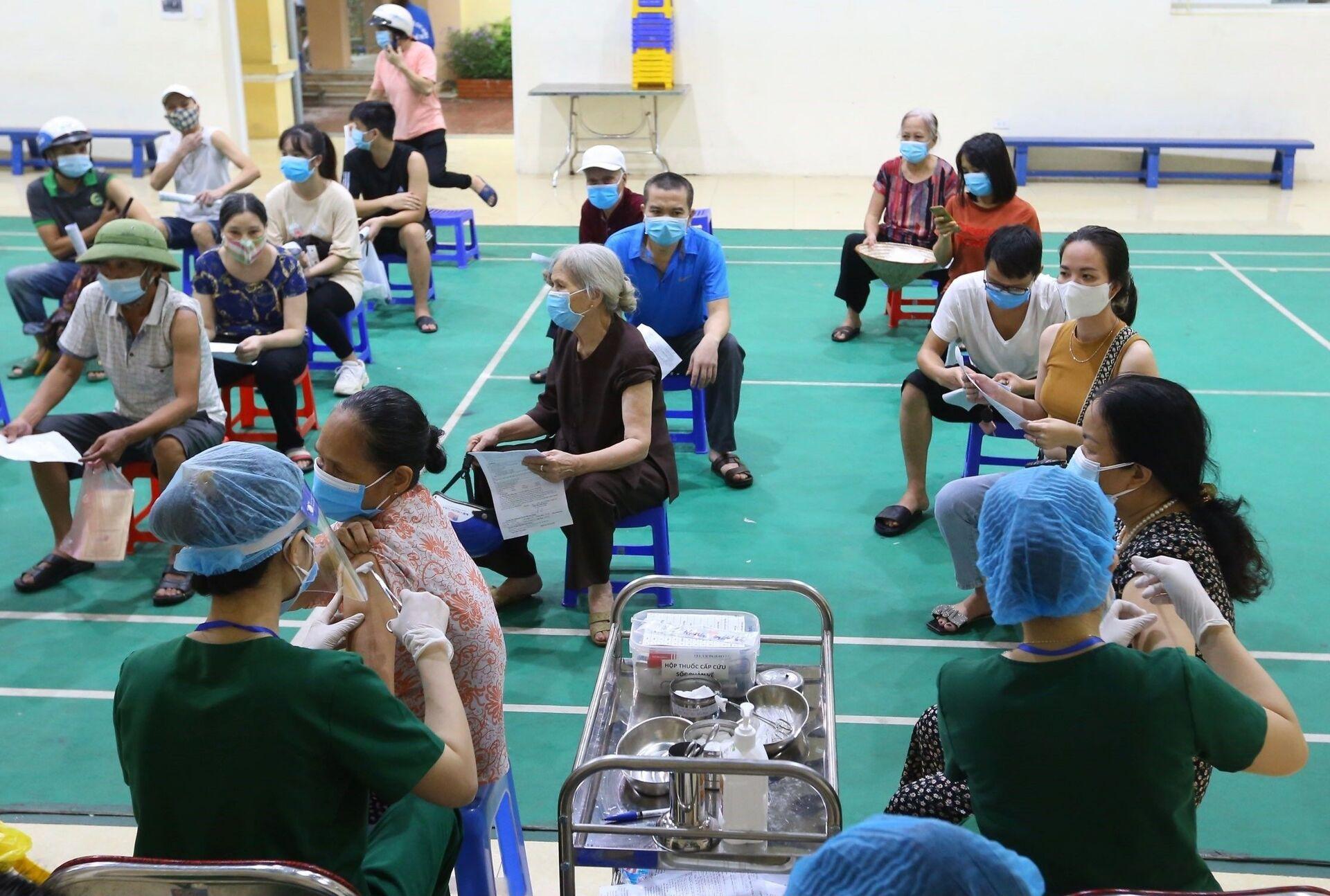 Sau khi tiêm vaccine Vero Cell (Sinopharm) mũi 1 sáng 14/9, dự kiến sau 4 tuần người dân phường Mễ Trì sẽ được tiêm nhắc lại mũi 2 - Sputnik Việt Nam, 1920, 05.10.2021
