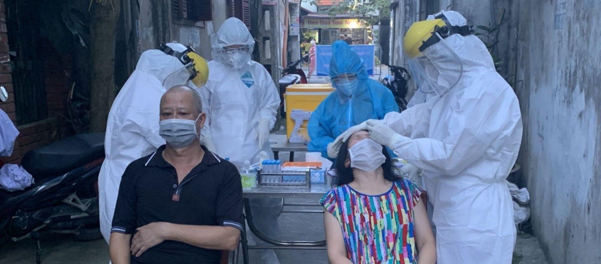 Lực lượng y tế lấy mẫu xét nghiệm những người liên quan đến các ca dương tính ở phường Việt Hưng (quận Long Biên, Hà Nội) - Sputnik Việt Nam, 1920, 22.09.2021