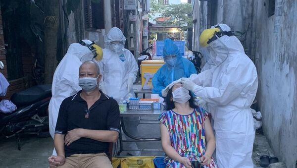 Lực lượng y tế lấy mẫu xét nghiệm những người liên quan đến các ca dương tính ở phường Việt Hưng (quận Long Biên, Hà Nội) - Sputnik Việt Nam