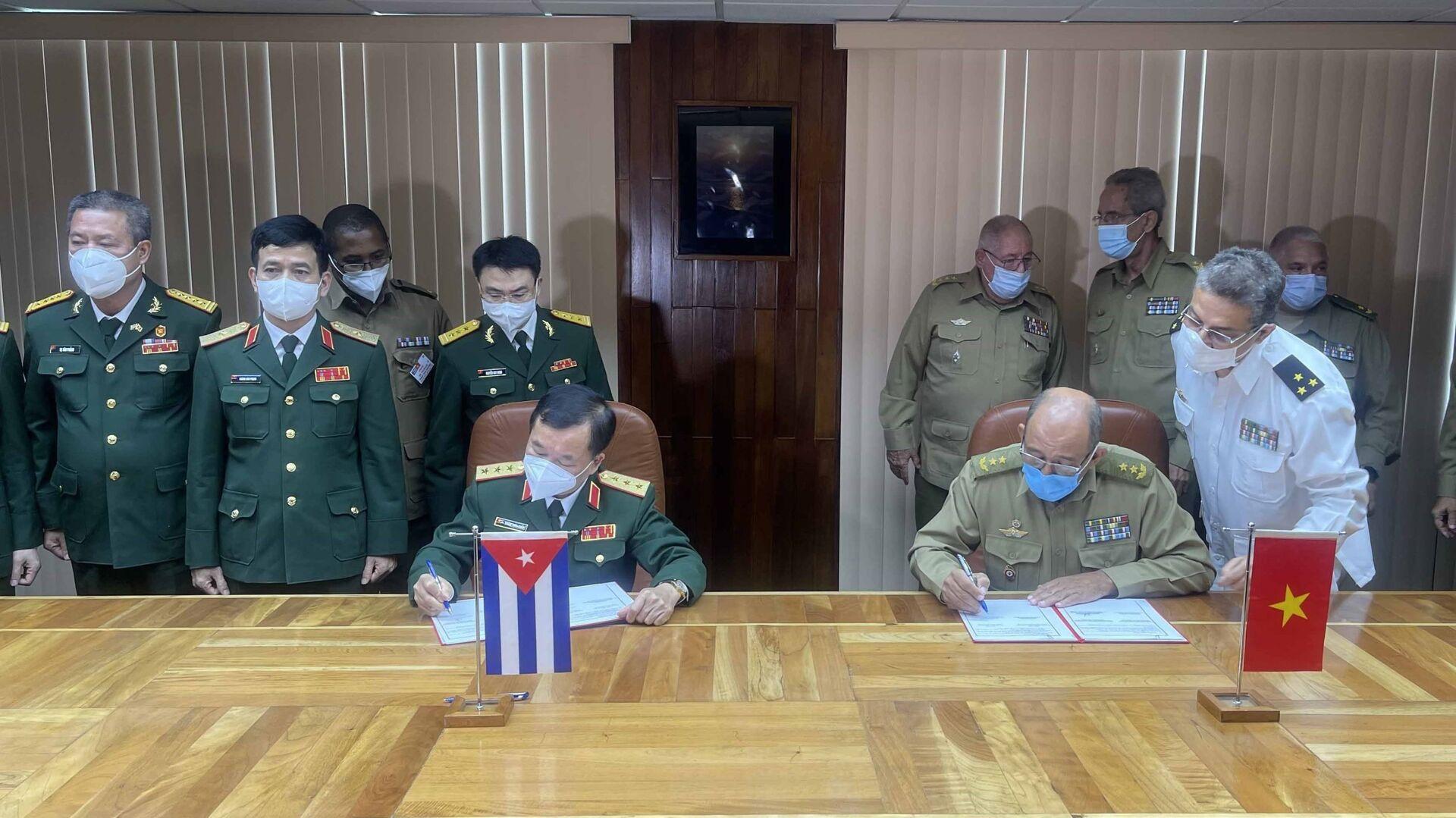 Thượng tướng Hoàng Xuân Chiến và Bộ trưởng Bộ các Lực lượng vũ trang cách mạng nước Cộng hòa Cuba ký kết hợp tác - Sputnik Việt Nam, 1920, 20.09.2021