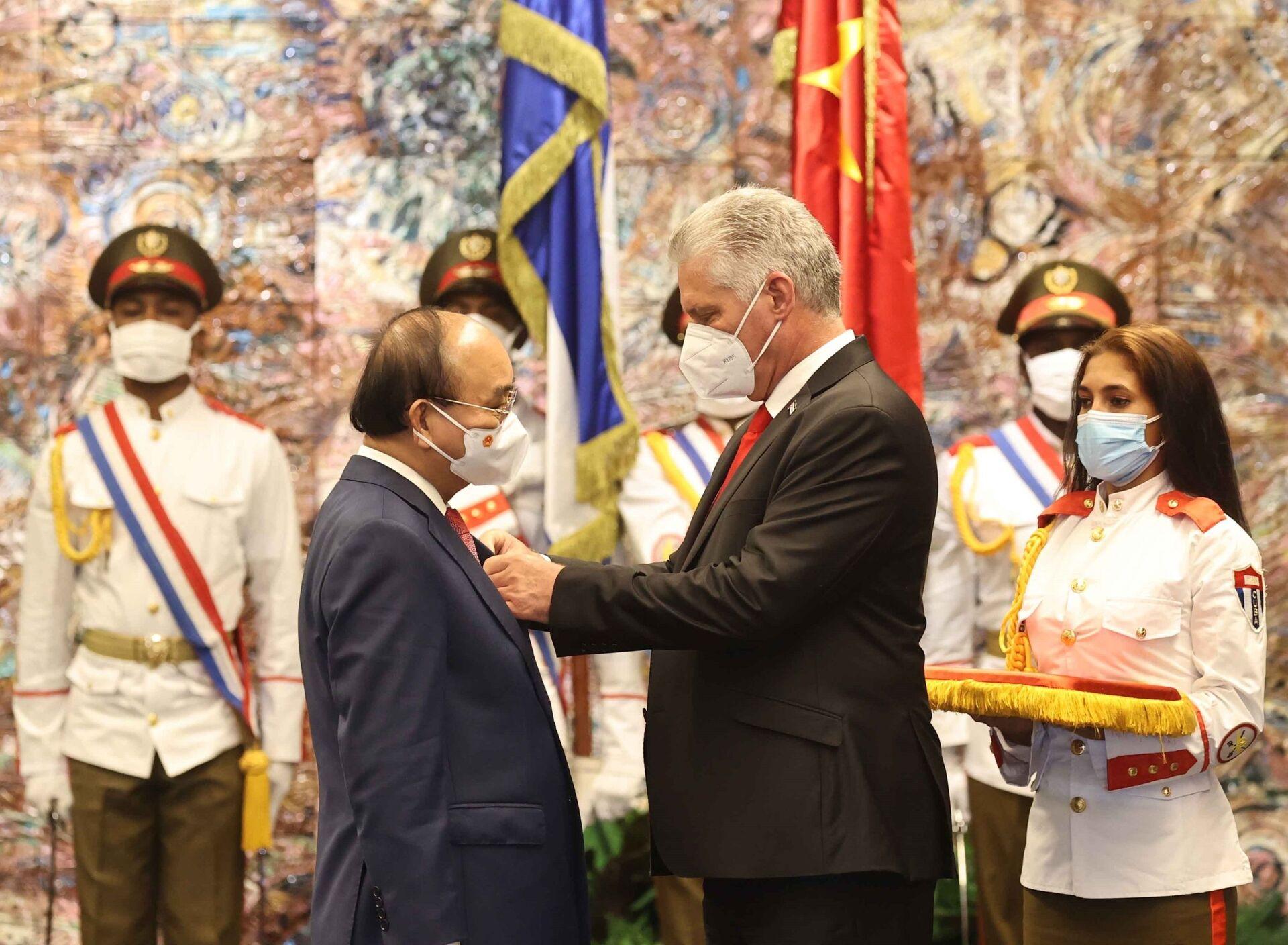 Chủ tịch nước Miguel Diaz Canel Bermudez gắn Huân chương Jose Marti cho Chủ tịch nước Nguyễn Xuân Phúc - Sputnik Việt Nam, 1920, 05.10.2021