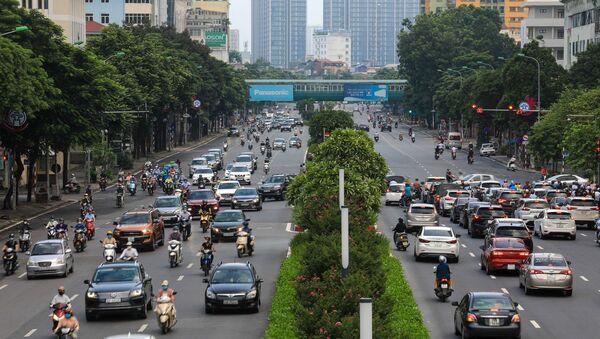 Tại đường Nguyễn Chí Thanh, lực lượng chức năng cũng đã bỏ chốt kiểm tra giấy đi đường, người dân có thể tham gia giao thông thoải mái hơn. - Sputnik Việt Nam