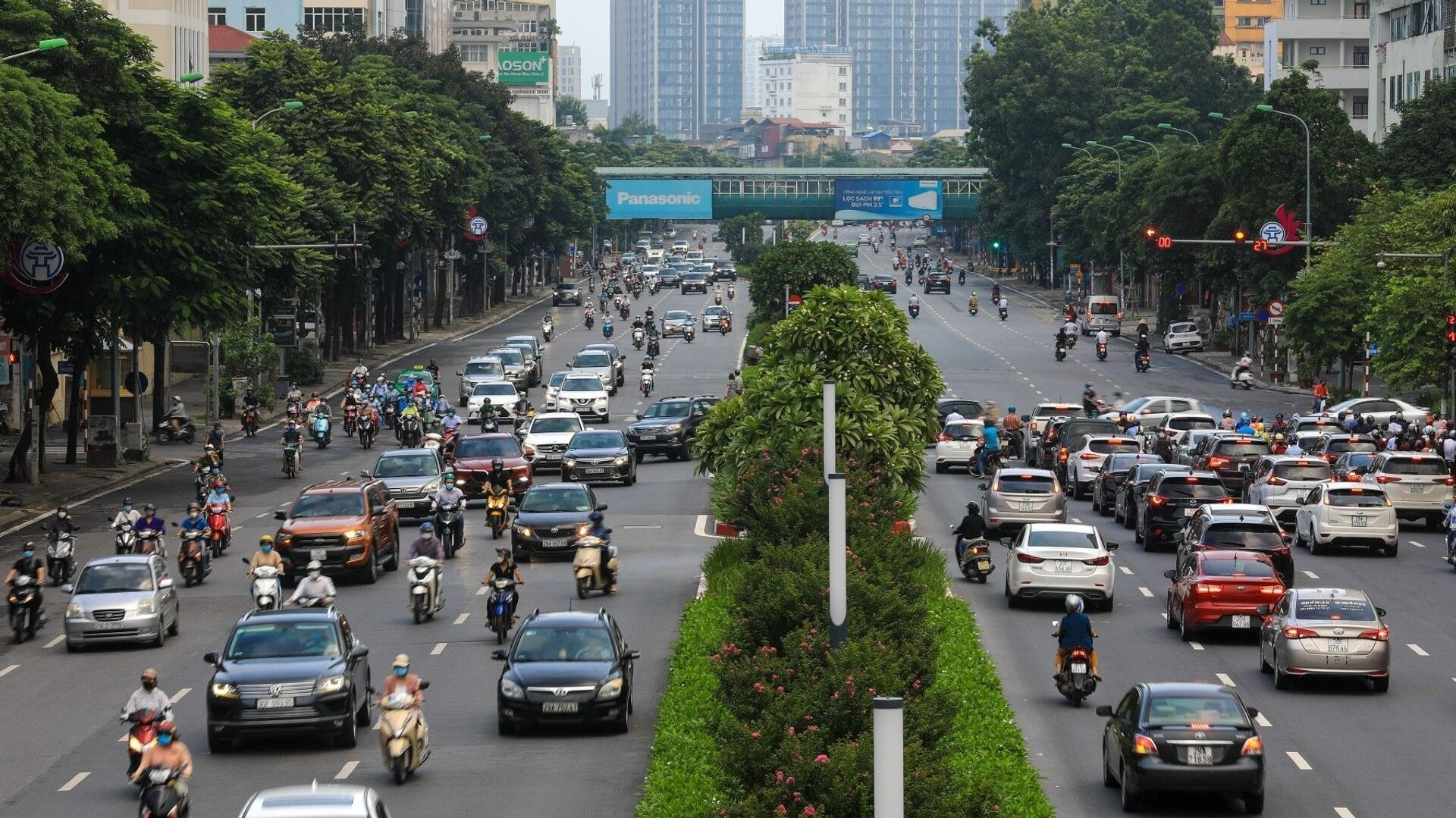 Tại đường Nguyễn Chí Thanh, lực lượng chức năng cũng đã bỏ chốt kiểm tra giấy đi đường, người dân có thể tham gia giao thông thoải mái hơn. - Sputnik Việt Nam, 1920, 20.09.2021