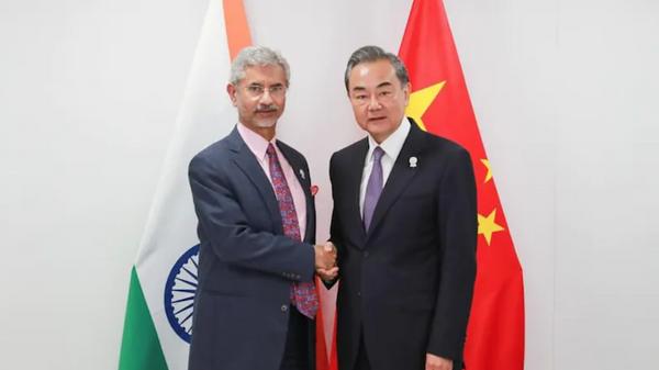 Ngoại trưởng Ấn Độ Subramaniyam Jaishankar và Ngoại trưởng Trung Quốc Vương Nghị tại Bangkok, Thái Lan. - Sputnik Việt Nam