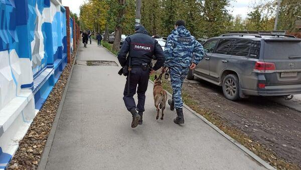 Cảnh sát với chó nghiệp vụ trên đường phố Perm, nơi một người không rõ danh tính nổ súng tại Đại học quốc gia Perm - Sputnik Việt Nam