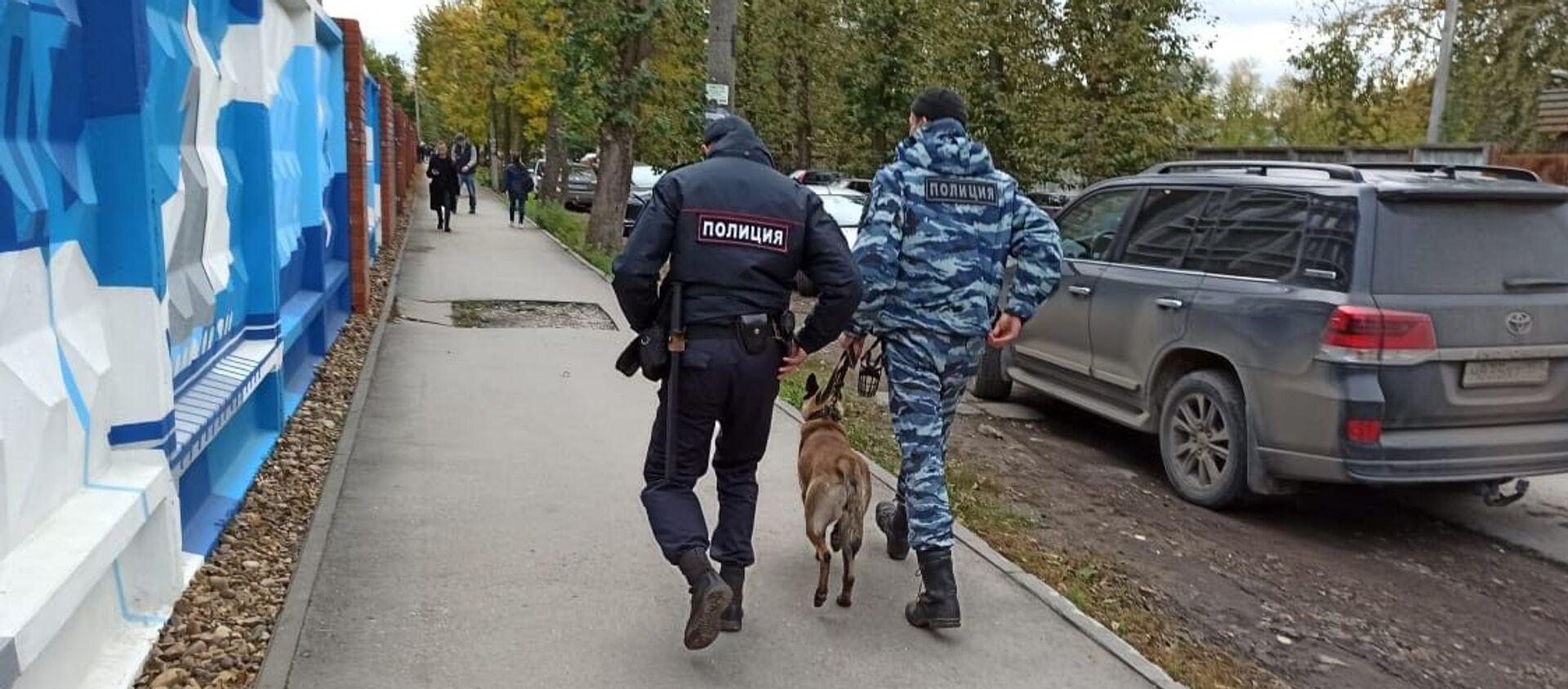 Cảnh sát với chó nghiệp vụ trên đường phố Perm, nơi một người không rõ danh tính nổ súng tại Đại học quốc gia Perm - Sputnik Việt Nam, 1920, 21.09.2021