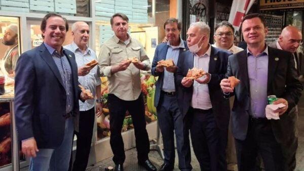 Tổng thống Brazil Jair Bolsonaro ăn pizza với các quan chức chính phủ trên một con phố trước Đại hội đồng LHQ  ở New York, Hoa Kỳ, ngày 19/9/2021 - Sputnik Việt Nam