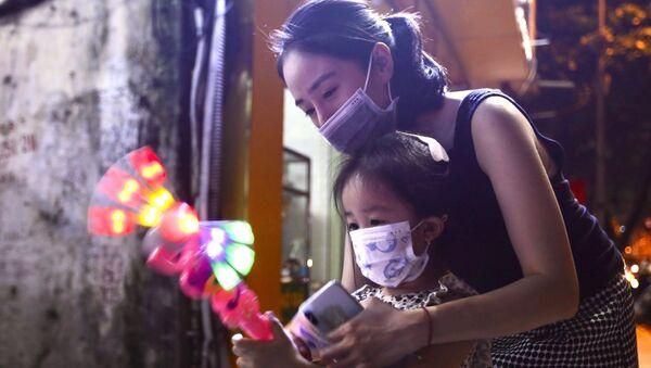 Người dân Hà Nội mua sắm đón Tết Trung Thu đặc biệt - Sputnik Việt Nam