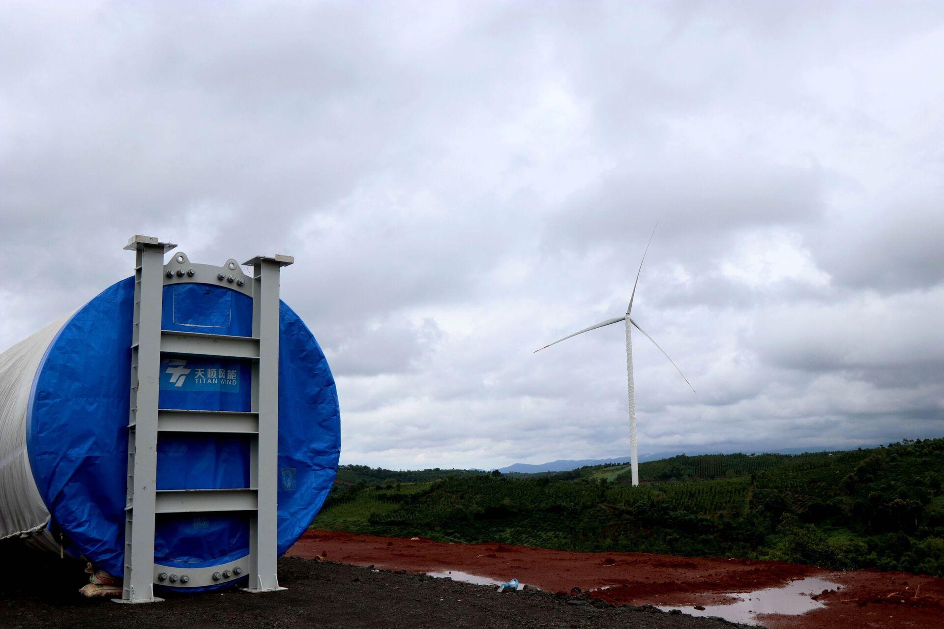 Chủ đầu tư 6 dự án điện gió tại tỉnh Đắk Nông đang đẩy nhanh tiến độ các dự án trong bối cảnh chỉ còn hơn 1 tháng nữa (1/11/2021) là tới hạn định đưa công trình vào vận hành để được hưởng giá điện ưu đãi theo Quyết định số 39/2018/QĐ-TTg, ngày 10/9/2018 của Thủ tướng Chính phủ về cơ chế hỗ trợ phát triển các dự án điện gió tại Việt Nam.  - Sputnik Việt Nam, 1920, 05.10.2021