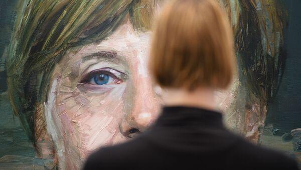 Chân dung bà Angela Merkel do hoạ sĩ Colin Davidson vẽ, tại Hội chợ Nghệ thuật London - Sputnik Việt Nam