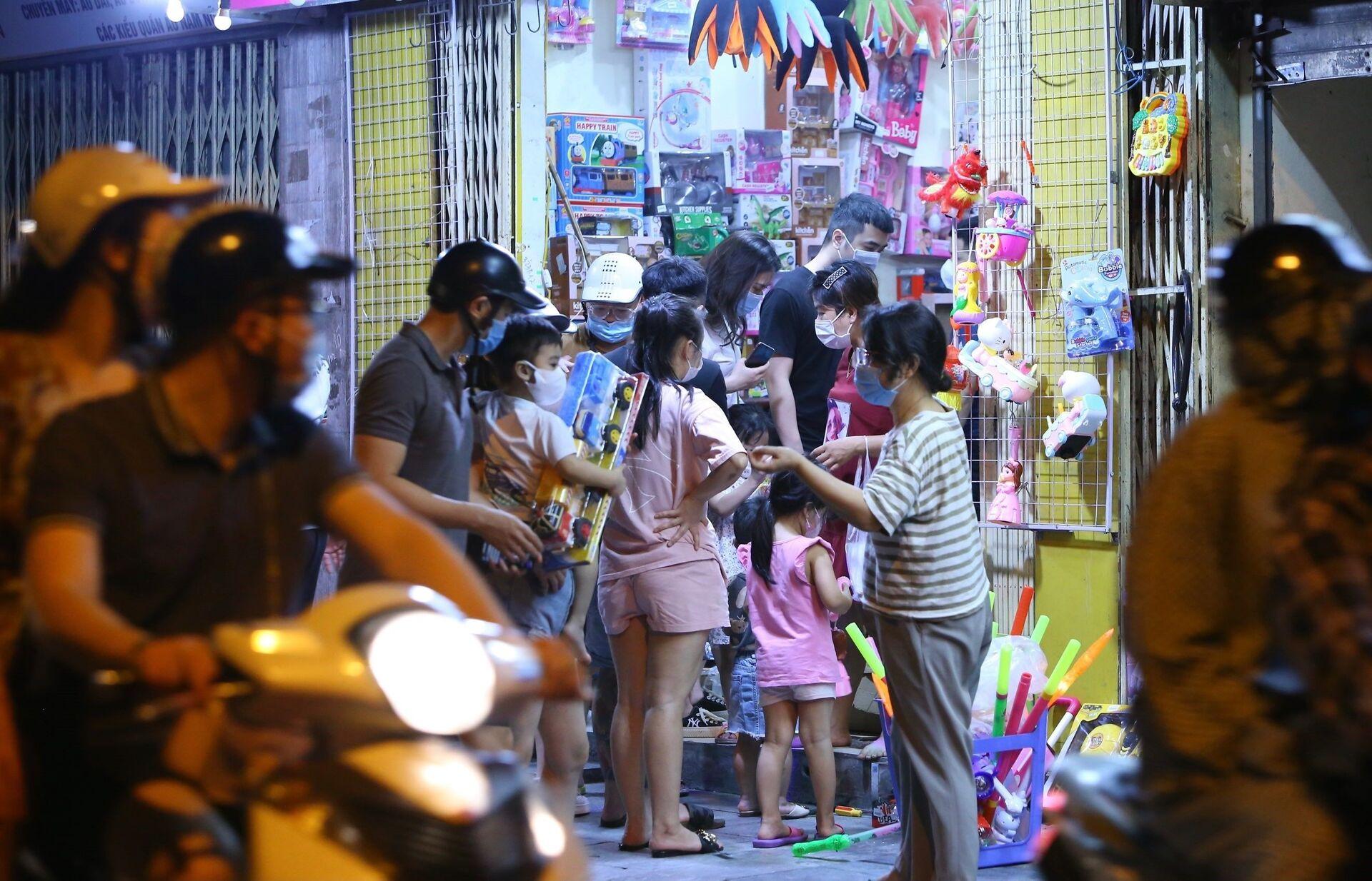 Lúc 22h35, người dân tập trung đông, không giữ khoảng cách an toàn phòng dịch tại một cửa hàng bán đồ Trung thu trên phố Lương Văn Can. - Sputnik Việt Nam, 1920, 05.10.2021