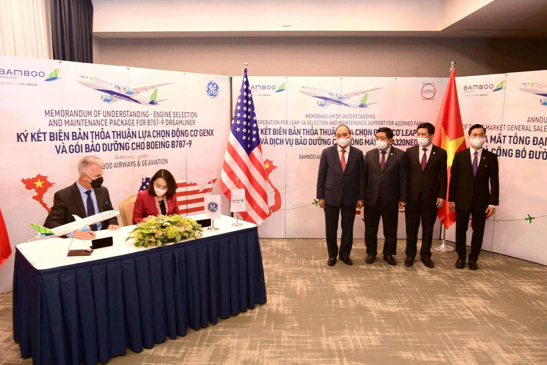 Chủ tịch nước Nguyễn Xuân Phúc chứng kiến Lễ ký văn kiện hợp tác giữa Bamboo Airways và các đối tác GE, CFM International, AviaWorld LCC. - Sputnik Việt Nam, 1920, 05.10.2021