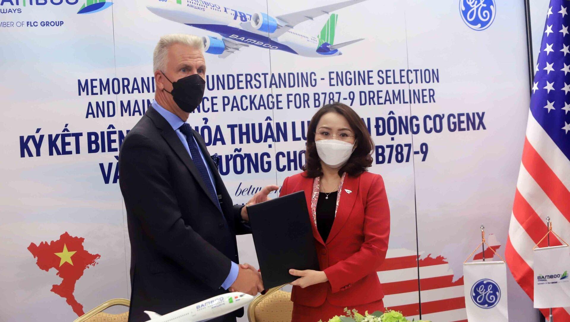 Chủ tịch nước Nguyễn Xuân Phúc chứng kiến Lễ ký văn kiện hợp tác giữa Bamboo Airways và các đối tác GE, CFM International, AviaWorld LCC. - Sputnik Việt Nam, 1920, 22.09.2021