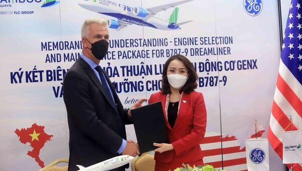 Chủ tịch nước Nguyễn Xuân Phúc chứng kiến Lễ ký văn kiện hợp tác giữa Bamboo Airways và các đối tác GE, CFM International, AviaWorld LCC. - Sputnik Việt Nam