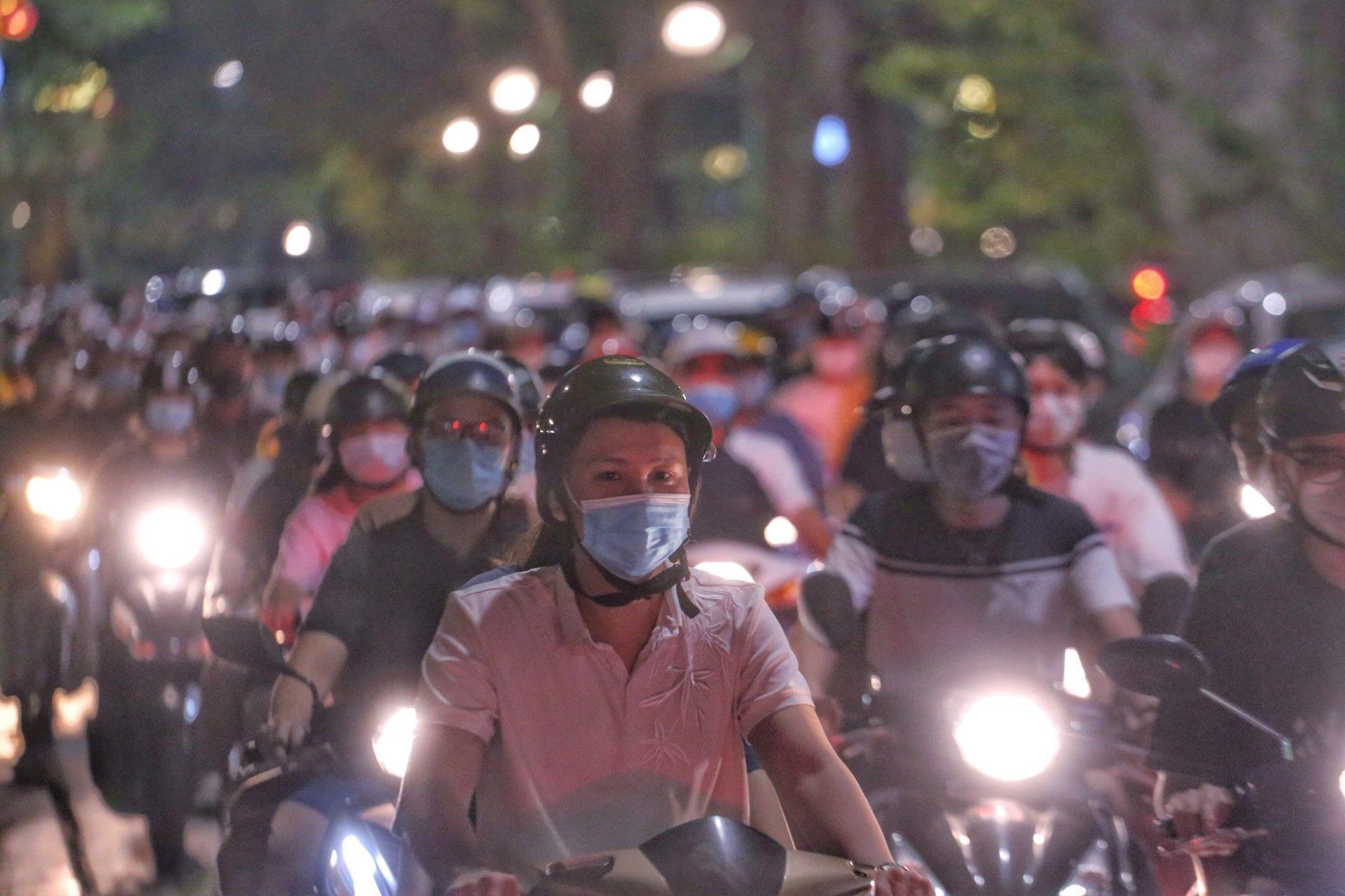 Người dân Hà Nội đổ ra đường đón Trung thu gây nguy cơ bùng phát dịch COVID-19 - Sputnik Việt Nam, 1920, 05.10.2021