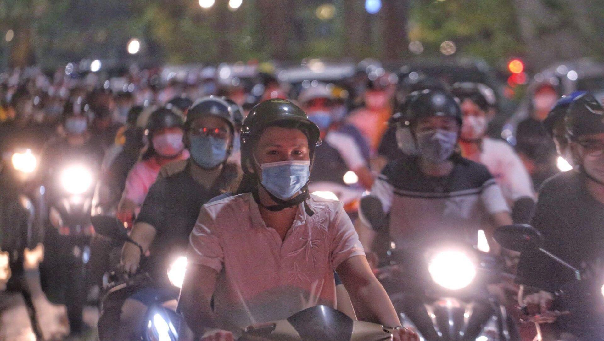 Người dân Hà Nội đổ ra đường đón Trung thu gây nguy cơ bùng phát dịch COVID-19 - Sputnik Việt Nam, 1920, 22.09.2021