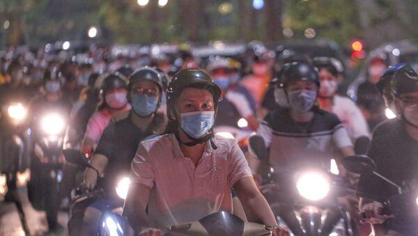 Người dân Hà Nội đổ ra đường đón Trung thu gây nguy cơ bùng phát dịch COVID-19 - Sputnik Việt Nam