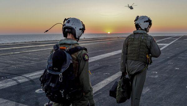 Phi công Mỹ trên tàu sân bay Dwight D. Eisenhower ở Địa Trung Hải - Sputnik Việt Nam