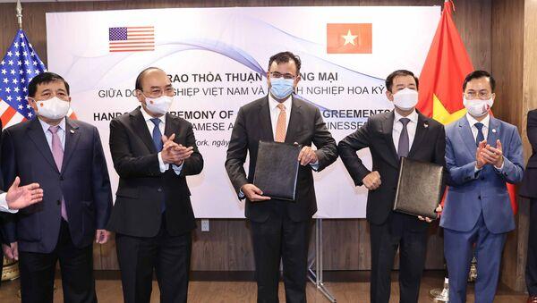 Chủ tịch nước Nguyễn Xuân Phúc chứng kiến Lễ trao Thoả thuận hợp tác giữa các doanh nghiệp Việt Nam và doanh nghiệp Hoa Kỳ - Sputnik Việt Nam