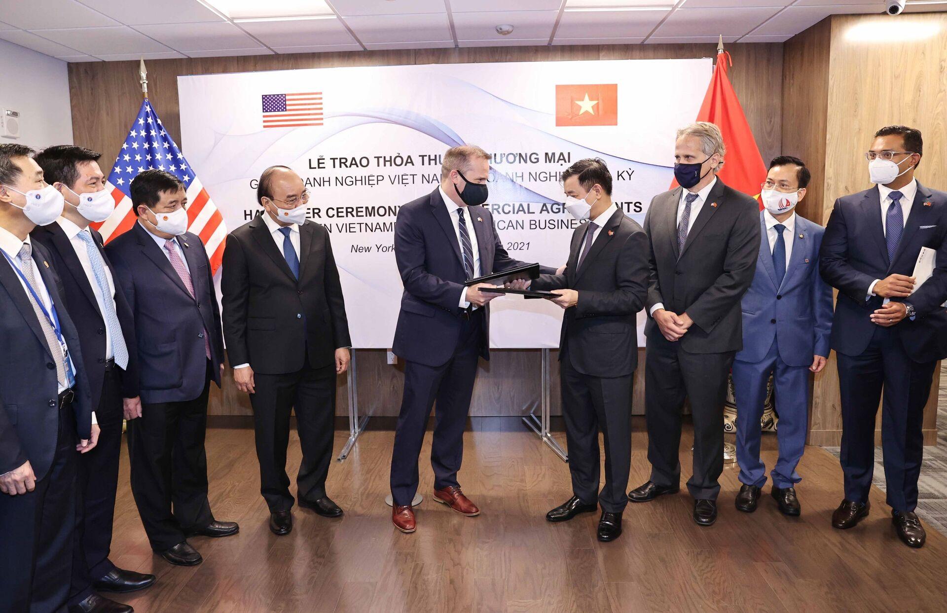 Chủ tịch nước Nguyễn Xuân Phúc chứng kiến Lễ trao Thoả thuận hợp tác giữa các doanh nghiệp Việt Nam và doanh nghiệp Hoa Kỳ - Sputnik Việt Nam, 1920, 05.10.2021