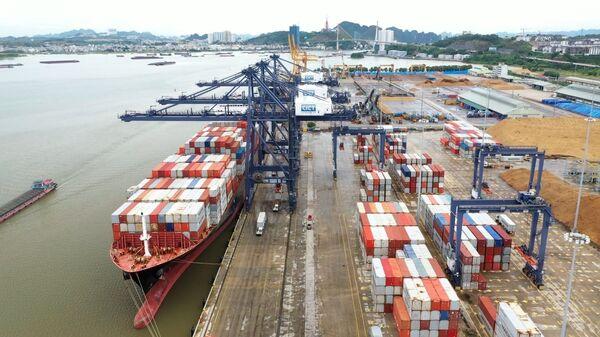 Tàu SYNERGY BUSAN, quốc tịch Marshall Islands có tải trọng trên 50.000 tấn chở theo trên 2.000 vỏ container hãng MAERSK LINE đã cập cảng container quốc tế Cái Lân. - Sputnik Việt Nam
