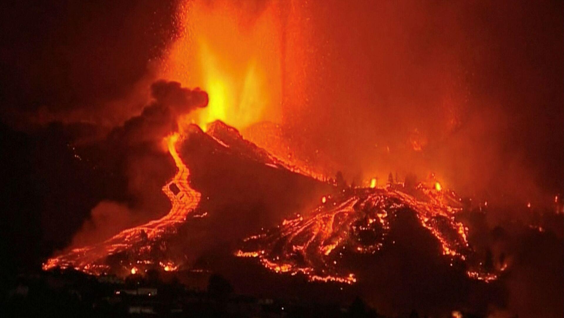 Dung nham chảy ra từ một ngọn núi lửa trong Vườn quốc gia Cumbre Vieja ở El Paso, trên đảo Canary của La Palma - Sputnik Việt Nam, 1920, 23.09.2021