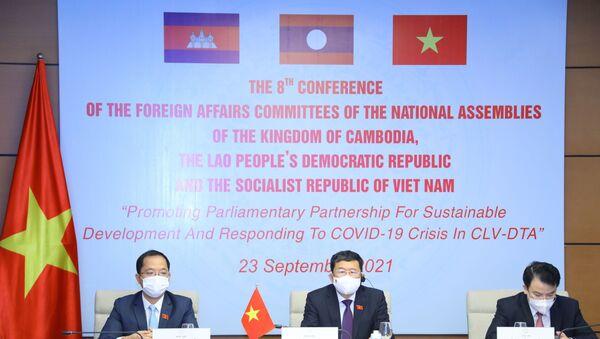 Chủ nhiệm Ủy ban Đối ngoại của Quốc hội Việt Nam Vũ Hải Hà (giữa) với các đại biểu dự tại điểm cầu Hà Nội. - Sputnik Việt Nam