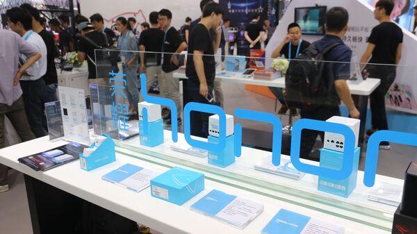 Điện thoại thông minh Honor được trưng bày tại Triển lãm Điện tử Tiêu dùng Quốc tế Thượng Hải, Trung Quốc - Sputnik Việt Nam