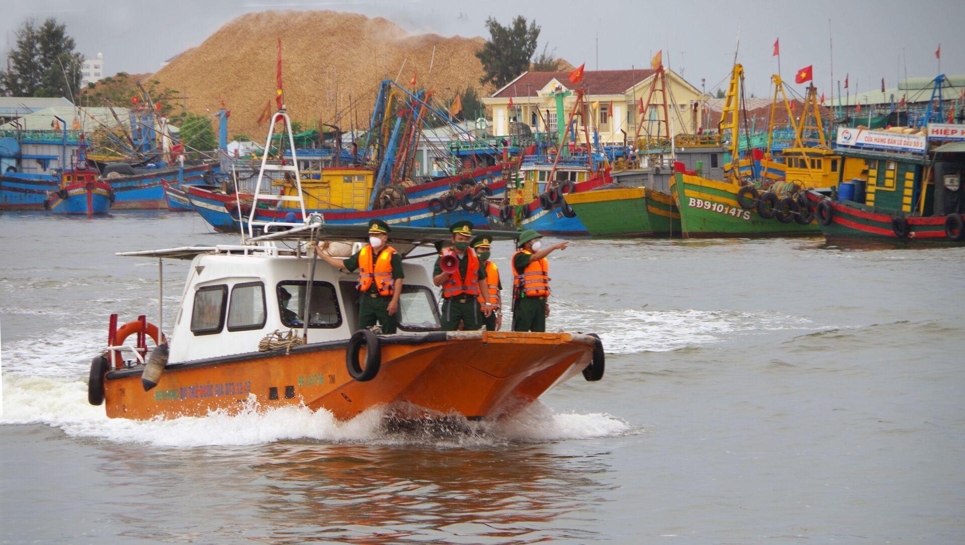 Bộ chỉ huy Bộ đội Biên phòng tỉnh Bình Định kêu gọi ngư dân neo đậu tàu thuyền để tránh bão số 6. - Sputnik Việt Nam, 1920, 24.09.2021
