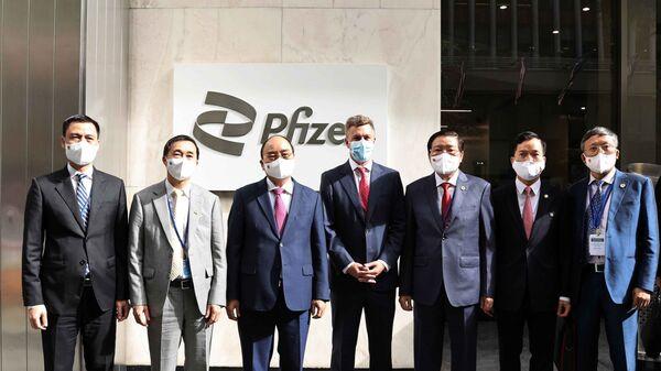 Chủ tịch nước Nguyễn Xuân Phúc thăm và làm việc tại Công ty Pfizer - Sputnik Việt Nam