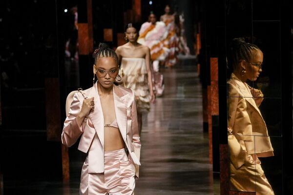 Bộ sưu tập Fendi trong Tuần lễ thời trang Milan, Ý - Sputnik Việt Nam