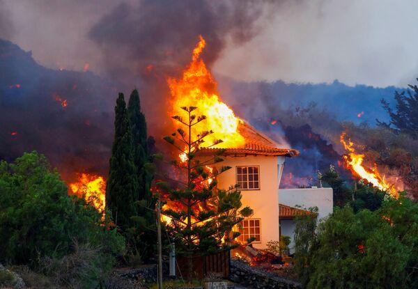 Ngôi nhà bốc cháy do dung nham núi lửa phun trào trên đảo La Palma thuộc quần đảo Canary  - Sputnik Việt Nam