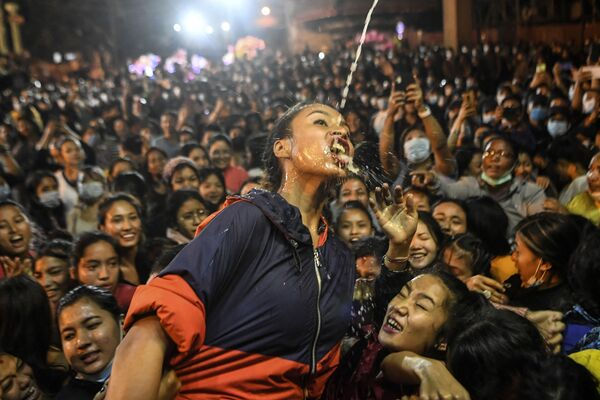 Cô gái uống rượu vang từ tượng Shwet Bhairav trong lễ hội Indra Jatra ở Kathmandu - Sputnik Việt Nam