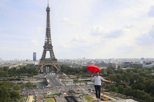 Nghệ sĩ Pháp Nathan Paulin đi trên dây chăng giữa Tháp Eiffel và Nhà hát Chaillot - Sputnik Việt Nam