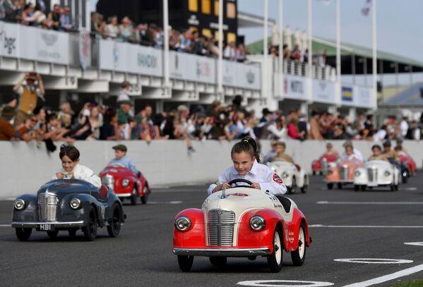 Các tay đua nhí tham dự Lễ hội đua xe lịch sử ở Goodwood, Vương quốc Anh - Sputnik Việt Nam