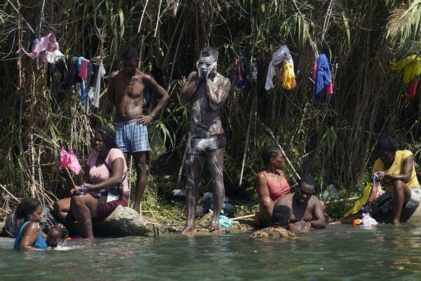 Người di cư Haiti tắm giặt bên bờ sông Rio Grand, Hoa Kỳ  - Sputnik Việt Nam